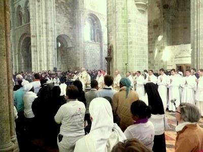 27. En cette année de la vie consacrée, les religieux étaient rassemblés dans le choeur pour l'eucharistie